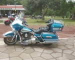 motocicleta de viaje azul clasica en renta