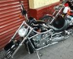 motocicleta negra chopper en renta