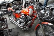 motocicleta chopper con flamas harley davidson en renta