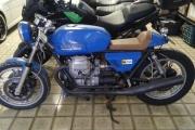 motocicleta clasica azul en renta
