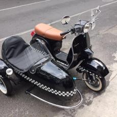 Vespa NEgra con Sidecar
